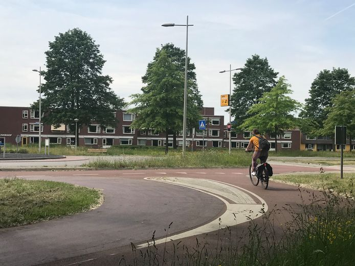 Door de aansluiting van het fietspad richting de rotonde Europa-Allee/Kalmoessingel smaller te maken, hoopt Kampen snelheid uit het fietsverkeer te halen.