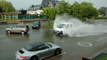 Wolkbreuk zet straten onder water, ook werkatelier ondergelopen