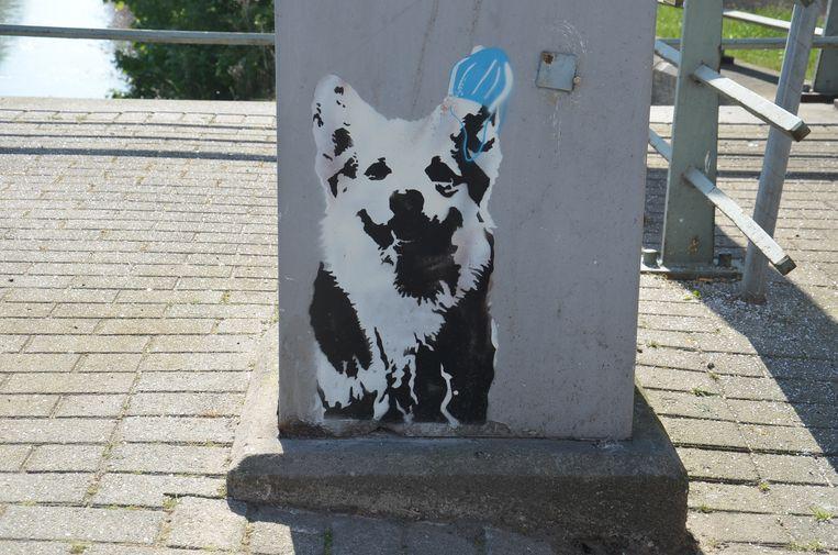 Alsmaar meer graffiti-figuren duiken op in het Ninoofse straatbeeld. Op de brug in de Burchtstraat is er een hond te zien.