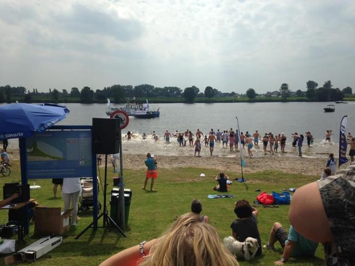 Om klokslag 15.00 uur gingen de wethouder, zijn team én tientallen mensen vanaf de kant het water in.
