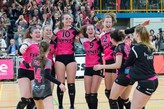 De volleybalsters van FAST vieren de nipte handhaving in de eredivisie, afgelopen seizoen.