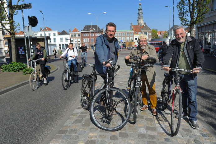 De Fietsersbond Middelburg met links voorzitter Huibert van Noord, in het midden vice-voorzitter Dolf Evenberg en rechts Flip Nieuwenhuize, voorzitter van de Fietsersbond Zeeland.
