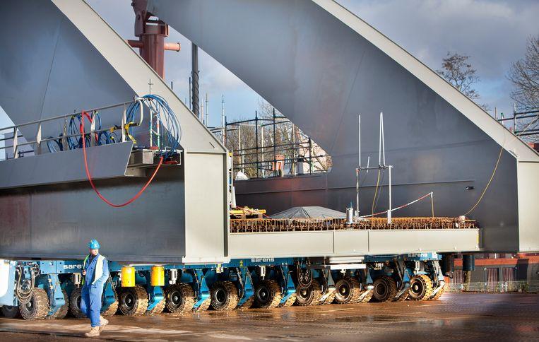 740 wielen, die elk het gewicht van een SUV droegen, reden de staalconstructie gisteren naar zijn plek over het Amsterdam-Rijnkanaal. Beeld Maartren Hartman