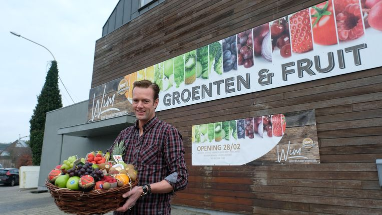 Voormalig aardbeiteler Wim Van Den Heuvel opent groente- en fruitwinkel.