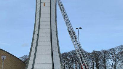 Ladder van brandweer net hoog genoeg om schutterstoren te beveiligen