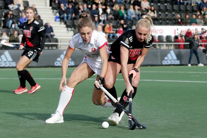 Duel tijdens de wedstrijd tussen Amsterdam en Oranje-Rood, dat in het wit speelde.