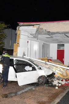 Auto rijdt gezondheidscentrum in Vlissingen binnen, bestuurder (22) aangehouden