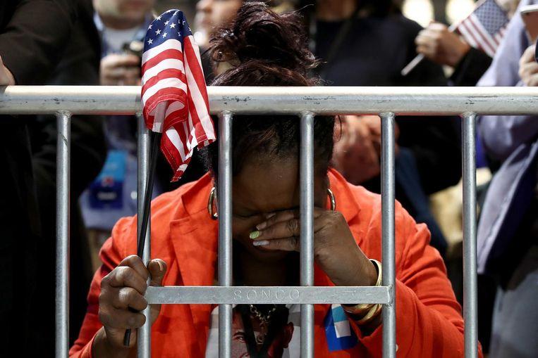 Een supporter in het Jacob K. Javits Convention Center in New York, waar Clinton en running mate Tim Kaine een event houden. Beeld afp