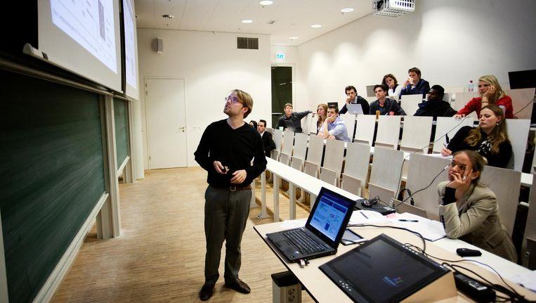 Promovendi en masterstudenten aan het werk op de Universiteit van Amsterdam. Beeld Gabriel Eisenmeier