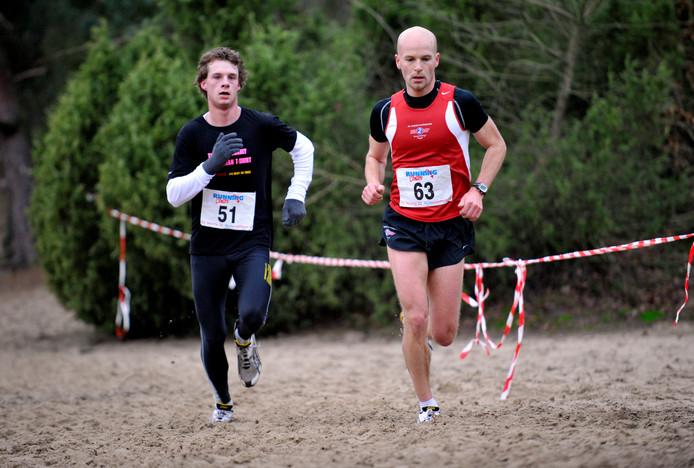 Arnold Klieverik (rechts) won de tien kilometer in Rijssen.