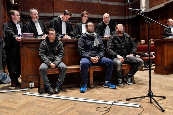 Van links naar rechts op de beklaagdenbank: Carlo V.H., wiens verklaringen in vraag worden gesteld, en Sohaib A. en Abdessalem B.A. die hun betrokkenheid bij de moord in alle toonaarden ontkennen.