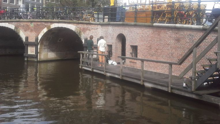 De door de studenten gekraakte ruimte bevindt zich onder de brug Beeld Spinhuis Collectief
