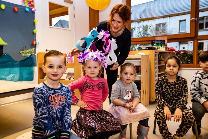 Noémi Wind wordt in het zonnetje gezet door juf Annelies. Ze is de driehonderdste leerling op het Kindcentrum Rivierenwijk. Nog nooit zaten er zoveel kinderen op deze Deventer basisschool.