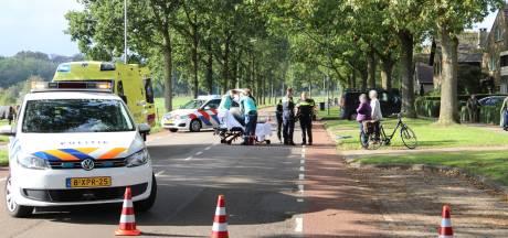Fietsster naar ziekenhuis na botsing met auto