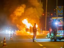 Vuurzee op A1 bij Deventer door brand in machine: wegwerkers machteloos