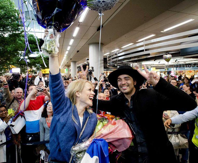 De triomfantelijke thuiskomst van The Common Linnets zondag op luchthaven Schiphol nabij Amsterdam.