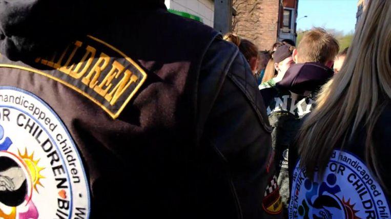 Bikers escorteren gepest meisje naar school nadat ze zelfmoord wilde plegen