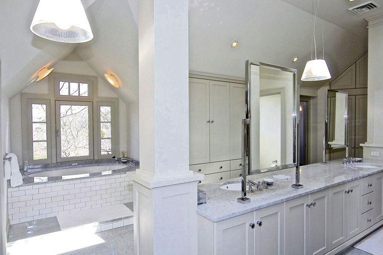 Een van de maar liefst acht badkamers.
