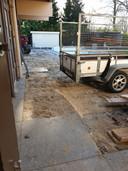 De tuin van sauna De Thermen in Rosmalen, de tegels worden weggehaald.