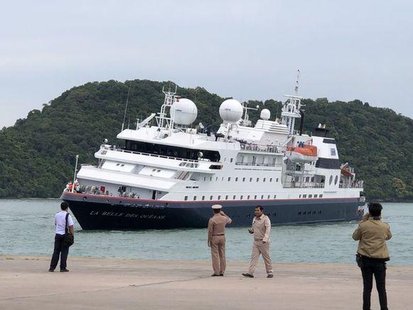 Het schip helt bij aankomst in Phuket duidelijk naar één kant over als gevolg van de aanvaring.