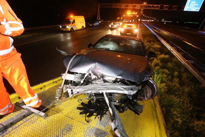 Auto van de weg geraakt op A2 bij Hedel, inzittenden lichtgewond