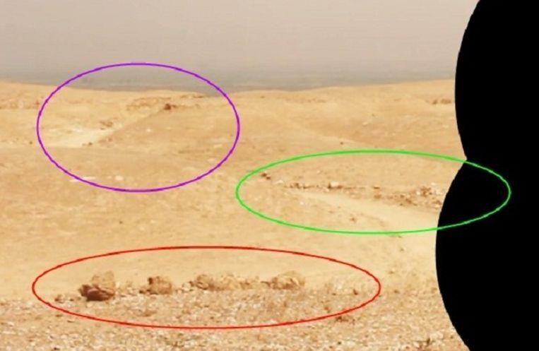 Een fragment uit de video. Op de achtergrond is paars omcirkeld een weg te zien. Beeld Bellingcat.com