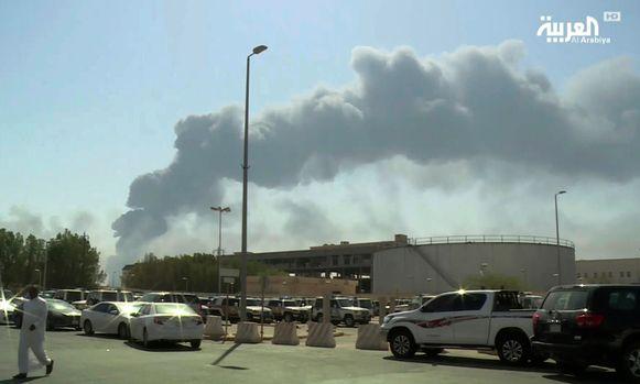 Rook stijgt op boven de  olie-installaties in de oostelijke Saudische provincie Bugya.
