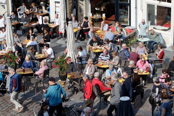 Volle terrassen in de Zutphense binnenstad afgelopen zomer.