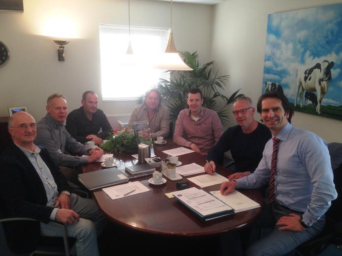 Het bestuur van de nieuwe energiecooperatie in Beltrum bijeen bij de notaris. Van linksaf: Jos Baak, Patrick Ballast, Ronny te Plate, Arjen Heutinck, Sjaak Klein Gunnewiek en Stan Kok alsmede notaris Reurdink.