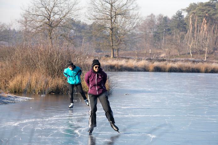 Ook twee schaatsers durfde te schaatsen op de Hatertse vennen.