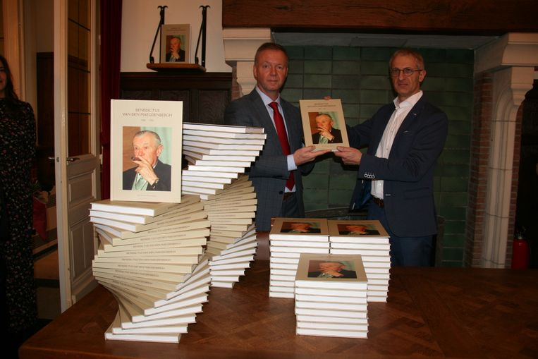 Districtsburgemeester Carl Geeraerts neemt het eerste exemplaar van het boek in ontvangst.