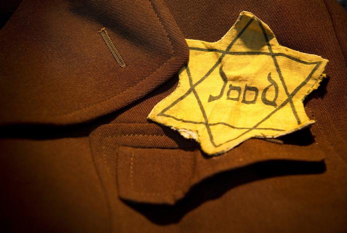 Een Jodenster op een jas in de tentoonstelling van het herinneringscentrum op het terrein van het voormalige Kamp Westerbork