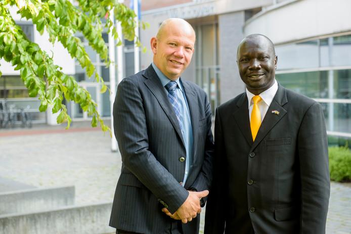 Erik de Ruiter, gemeentesecretaris van Veldhoven samen met Sanya Wilson, de burgemeester van Koboko.