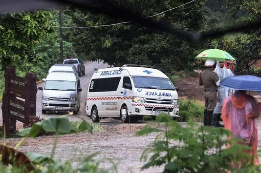 Ambulances verlaten het gebied waar de voetballertjes door duikers zijn gered.