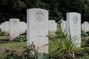 Het graf van Major Ronald E. Balfour op de Commonwealth begraafplaats. De kunsthistoricus liet zijn leven om de Europese historie te redden.