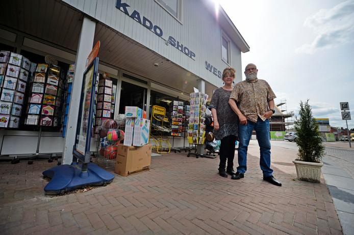 Marcel Wesselink en zijn vrouw Yvonne van de gelijknamige kadoshop. De winkel is meer dan jaar slecht bereikbaar geweest door werkzaamheden aan plein, in oktober gaat de weg weer dicht.