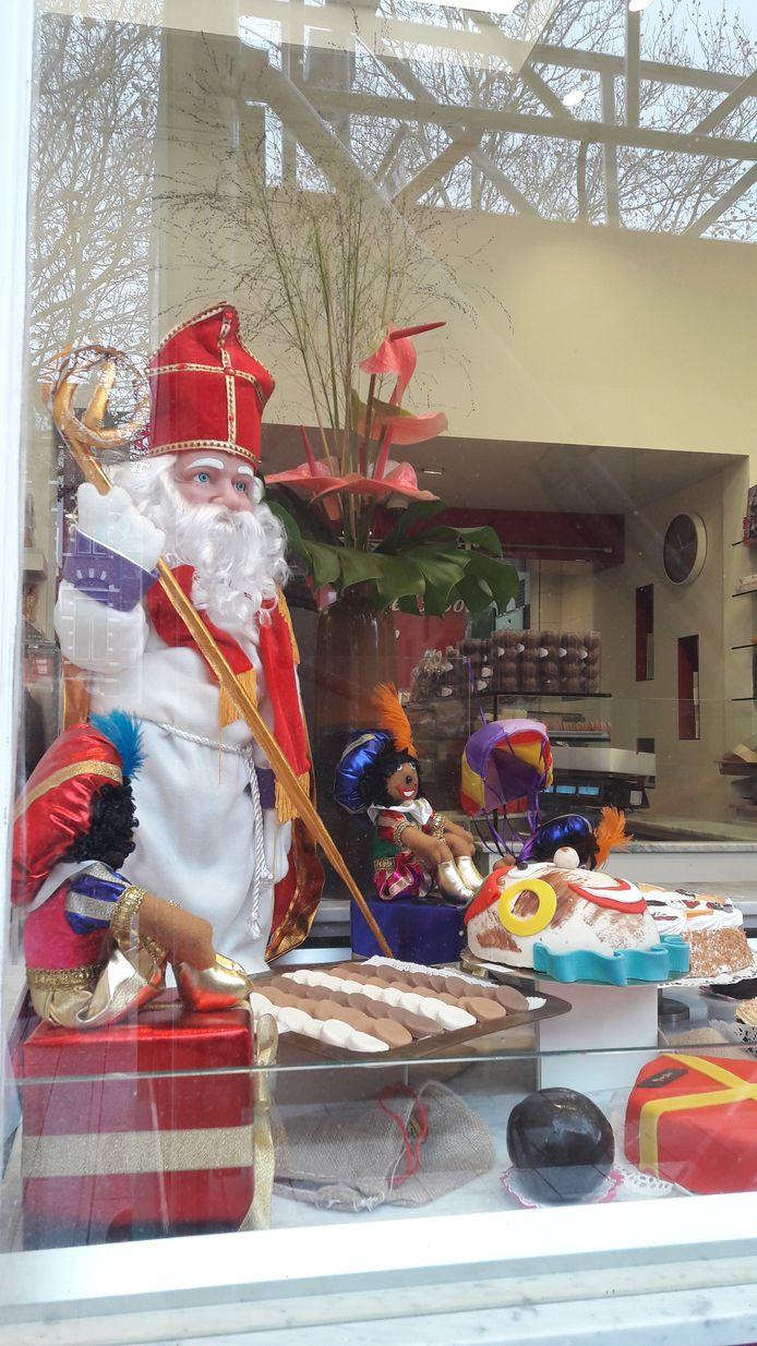 Pieten en een sint in etalage bij banketbakker Jan De Groot