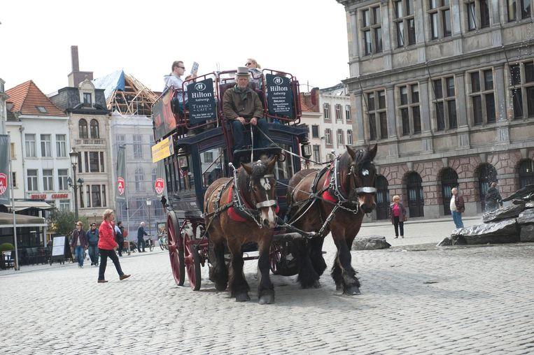Een paardenkoets op de Grote Markt in Antwerpen.
