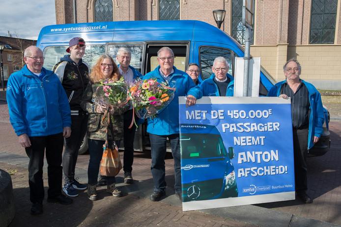 De Vereniging Buurtbus Heino huldigt Elvira Reumer uit Laag Zuthem als 450.000ste passagier en Anton Weertman na zijn laatste rit als chauffeur.