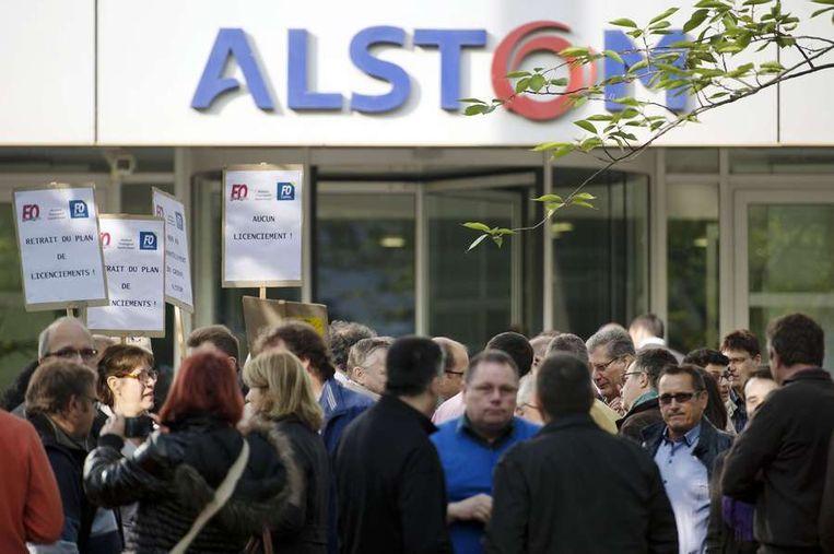 Een betoging tegen de 'ontmanteling' van Alstom, bij het hoofdkantoor van de transporttak van het Franse bedrijf even buiten Parijs. Beeld afp