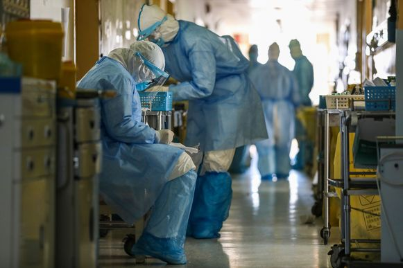 Beeld uit een ziekenhuis in Wuhan, waar het virus uitbrak. In heel China heeft de ziekte al aan zeker 2.236 mensen het leven gekost.