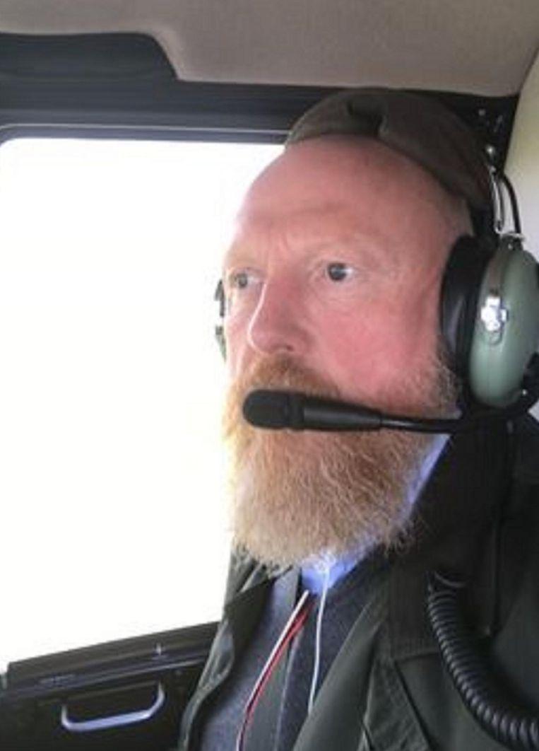 Bedrijfsleider Johan Michielsens aan boord van een helikopter die ook in Frankrijk al een hele dag op zoek is naar de kranen.