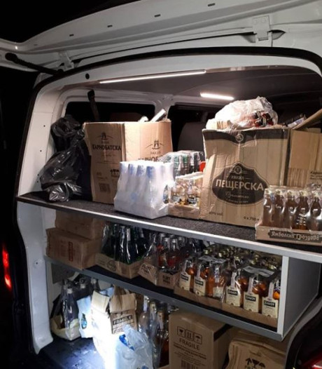 Politie vindt tientallen illegale flessen sterke drank en sigaretten op Zuid