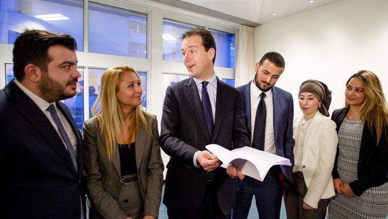 Minister Lodewijk Asscher (C) van Sociale Zaken spreekt op zijn ministerie met Nederlandse jongeren met een Turkse culturele achtergrond. Beeld anp