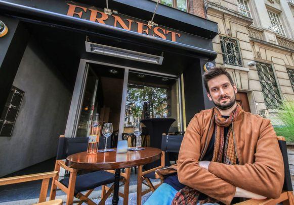 Gilles Coigné op zijn terras, bij Ernest Wijnboutique op de Grote Markt