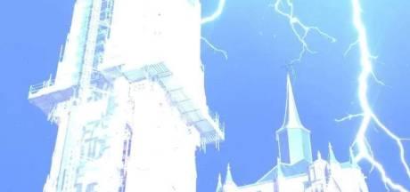 Spectaculaire beelden: bliksem slaat in op Antwerpse kathedraal