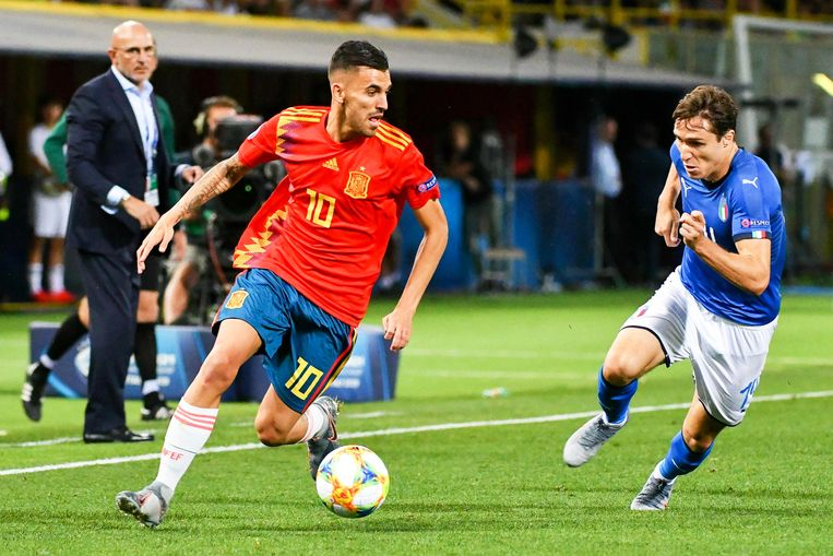 epa07652807 Dani Ceballos (C) of Spain in action against Federico Chiesa (R) of Italy during the UEFA European Under-21 Championship 2019 group A soccer match between Italy and Spain in Bologna, Italy, 16 June 2019.  EPA/ALESSIO MARINI