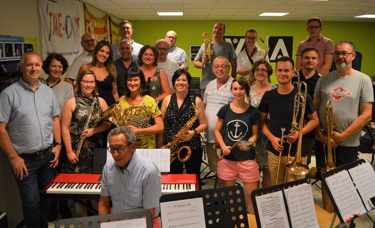 Belle Perez kwam woensdag een repetitie bijwonen van stadsharmonie De Goede Vrienden. We zien haar samen met de muzikanten van de harmonie en bestuursleden Ellen Spriet, Natacha Van Vlaenderen, Bart Feys (dirigent) en voorzitter Geert Spriet.
