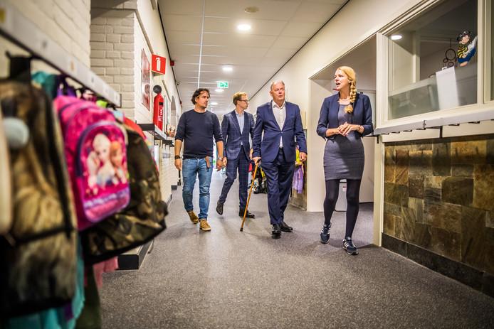 Guido Locet (links) en directeur Maaike Janssen praten D66-Tweede Kamerlid Paul van Meenen bij over het wel en wee op de éénpitter Willibrordusschool.