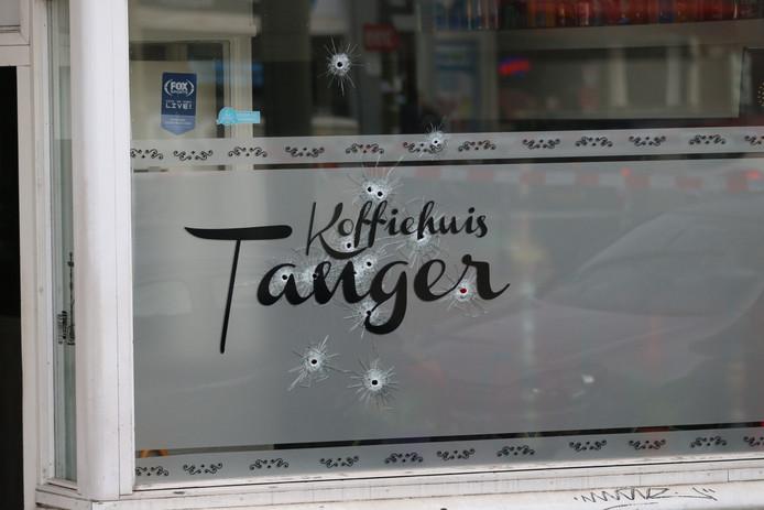 Kogelinslagen in Koffiehuis Tanger aan Regentesselaan.